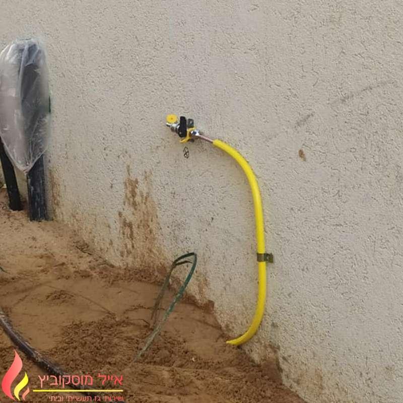 חיבור נקודת גז בחצר בית פרטי