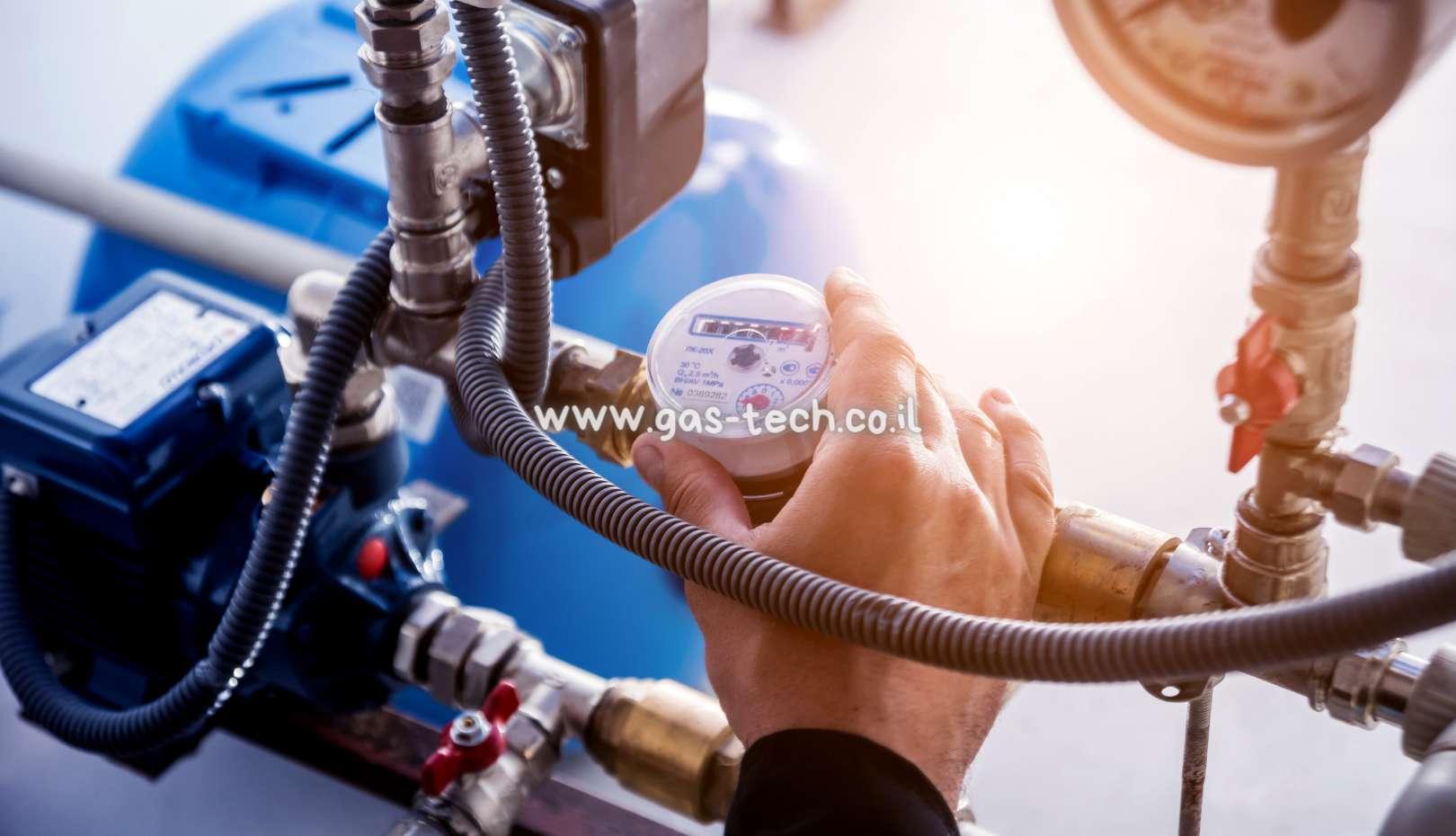 טכנאי גז בודק שעון גז