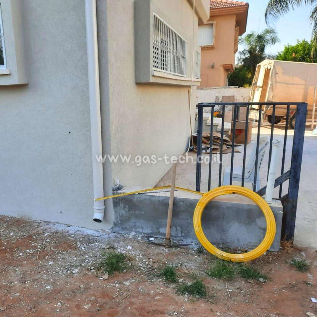 פריסת צינור גז צהוב לחידוש תשתית בבית פרטי