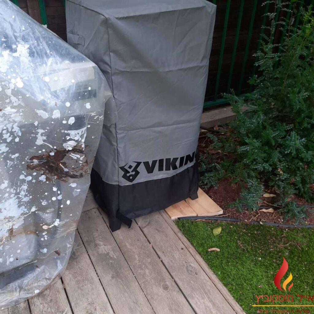 מעשנת גז של סמוקי גרילס עם כיסוי בחצר